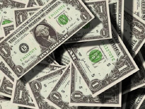 30 тысяч долларов на ветер: арестован мужчина, осыпавший прохожих «дождем» из наличных с 30-го этажа