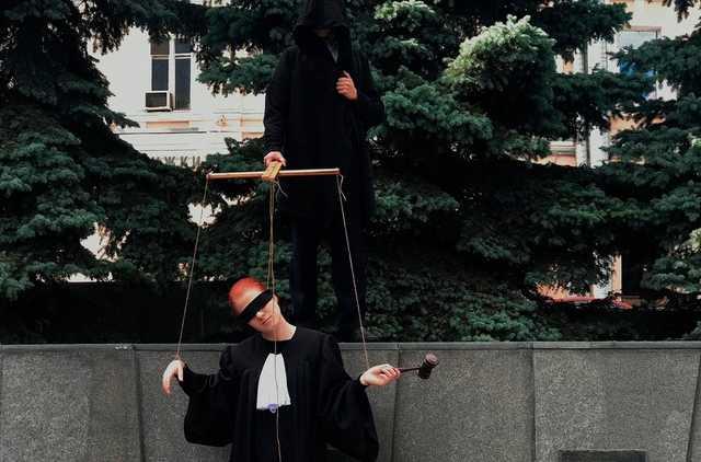 Родственники судьи Окуневой, которая примет решение по Навальному, зарабатывают на контрактах с ФСИН и спецслужбами