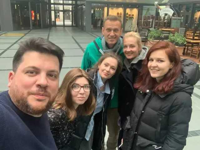 Немецкие силовики доставили Навального прямо в самолет, минуя аэропорт. Он уже вылетел в РФ