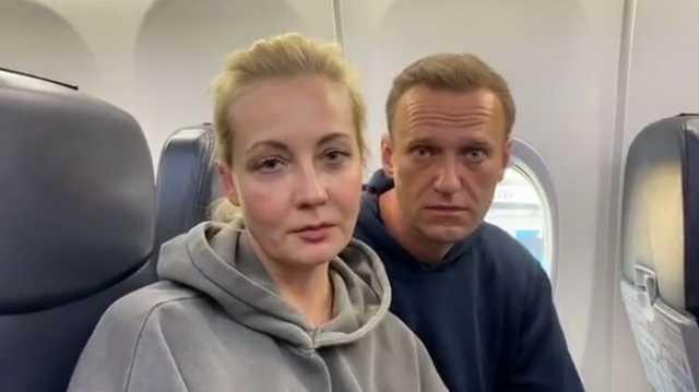 """""""Мальчик, водочки нам принеси"""". Навальный с женой записали видео из самолета в Москву"""