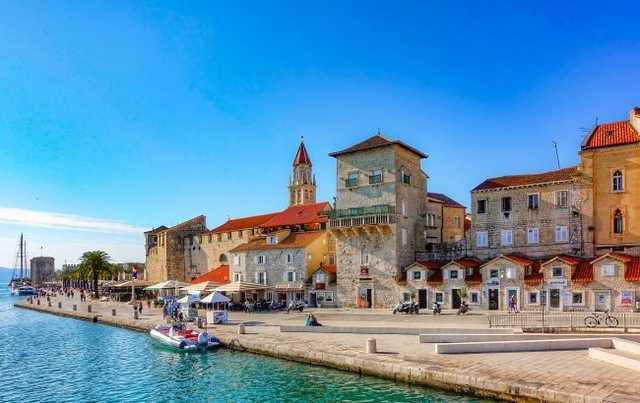 Ехали с фейковыми тестами: туристов арестовали при въезде в курортную страну